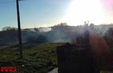 Un incendio cerca de la TV-7211 en Constantí moviliza cinco dotaciones de Bombers