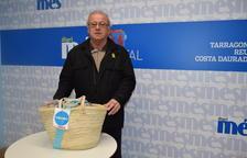 Magí Bordas recull la cistella de productes Caprabo del sorteig del Diari Més