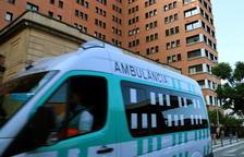 Una ambulància en marxa passa per davant de l'entrada principal de l'Hospital de la Vall d'Hebron de Barcelona.