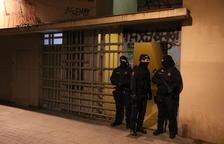 Mossos d'Esquadra custodiant un dels domicilis que s'estan registrant en el marc d'un operatiu antiterrorista el 15 de gener del 2019.
