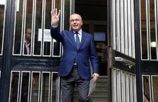 El alcalde de Reus, Carles Pellicer, alzando la mano a la salida de la Audiencia de Tarragona, después de comparecer en la fiscalía.