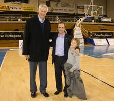 Mitch Kupchak, durante su visita al Serrallo, acompañado de Sergi Bru y de su hijo.