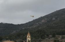 Imatge de l'helicòpter dels Bombers sobrevolant la zona en el marc del dispositiu de recerca de l'home de 88 anys desaparegut.