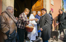 Juani Tocino va portar la seva gosseta Chispi, amb un vestit i l'escut del Nàstic, per ser beneïda.