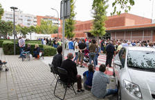 Una imagen de colas en las puertas de la Escola Rubió i Ors durante el referéndum.
