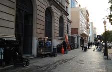 Imatge del desplegament d'equips per a la filmació davant del Banc d'Espanya.