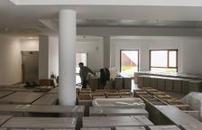 Des de l'exterior de l'edifici poden apreciar-se tauletes de nit i armaris que aniran a les habitacions.