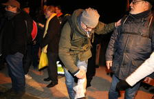 Golpes de porra de los Mossos para apartar a un grupo de manifestantes que obstaculizaba la salida de Forcadell