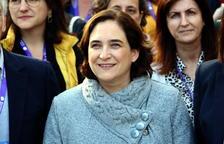 La alcaldesa de Barcelona, Ada Colau, durante el encuentro con científicas en el marco de la iniciativa '100tífiques' en el Parque Científico de Barcelona.
