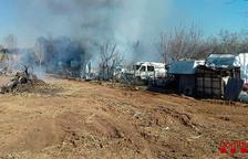 El incendio de una parcela llena de chatarra en Constantí moviliza diez dotaciones de los bomberos