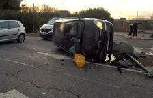 Un cotxe s'emporta un semàfor de l'antiga carretera de València