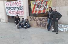 Tallen la llum als ocupes i aquests acampen davant de l'Ajuntament d'Altafulla