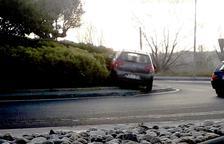 Un coche acaba sobre una rotonda de SPiSP después de chocar con otro turismo