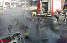 Imagen de los Bomberos apagando el fuego.