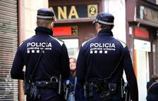 Dos agentes de la Guardia Urbana patrullando para por Barcelona.