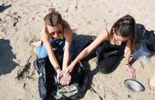 Voluntaris de Greenpeace retiren microesferes contaminants a la platja de La Pineda
