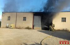 Un incendi en un magatzem agrícola de Tortosa mobilitza quatre dotacions dels Bombers