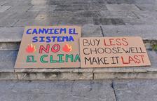 Imatge de dos cartells reivindicatius sobre el clima.