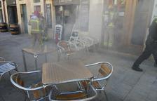 Crema una fregidora en un restaurant de la plaça de la Font