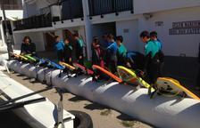 Els alumnes de l'Institut de Roda de Berà aprenen a fer surf