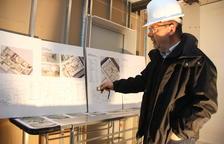 El arquitecto del nuevo Centro MQ Reus, Carles Busquets, mostrando los planos de la instalación.