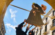 Imagen de dos efectivos de los Bomberos cortando la sexta pierna a la Vella Quaresma.