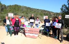 Miembros de la plataforma 'Riba-roja decideix' en la acción para defender el proyecto del vertedero.