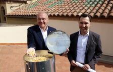 El alcalde de Reus, Carles Pellicer, y el concejal de Medio Ambiente, Daniel Rubio, al lado de un dispensador de pienso anticonceptivo para palomas que, durante unos días, tirará maíz.