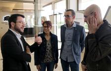 El vicepresidente del Govern, Pere Aragonès, conversando con el hijo y la hija de Neus Català en el tanatorio de Móra d'Ebre.