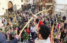 Els reusencs aixequen rams i palmes al cel durant la tradicional benedicció