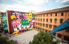 Un gran mural artístico decora la fachada interior del Espai Jove Kesse