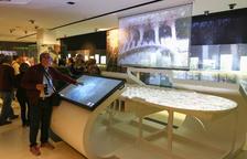Un visitante del Gaudí Centre, en la nueva instalación.