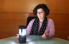La concejala de Bienestar Social, Montserrat Vilella, con una de las 12 linternas que se han adquirido.
