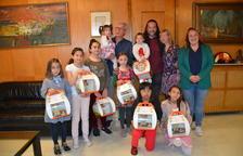 Josep Fèlix Ballesteros e Ivana Martínez junto a las niñas que se llaman Tecla y a quienes les han entregado la mona.