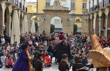 Imagen de la fiesta popular hecha en las Peixateries para serrar la última pierna a la Vella Quaresma.