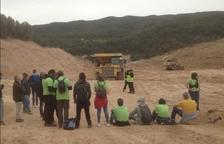 Imagen de los activistas que se han encadenado al lugar donde se hacen las obras del vertedero.