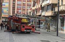 Los bomberos revisando una fachada en la plaza Corsini.