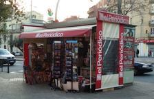 Imagen de un quiosco con la cabecera principal del Grupo Zeta, El Periódico.