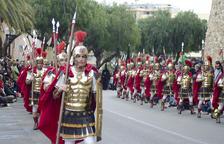 Confrares i espectadors celebren la processó del Sant Enterrament de Tarragona amb la treva del vent
