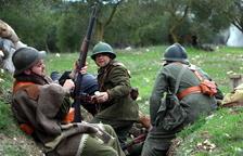 Tres soldados republicanos en las trincheras durante la recreación histórica del último combate de la Batalla del Ebro.