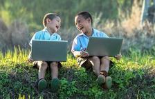Dos nens amb un ordinador.