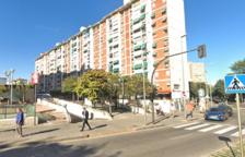 Una dona està en estat crític després que el seu fill l'empenyés pel balcó