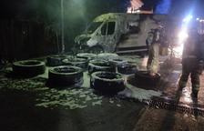 Una furgoneta carregada de pneumàtics crema totalment a la Selva del Camp