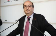 El presidente del grupo del PSC-Units, Miquel Iceta, atiende la prensa en los atriles del Parlamen.