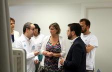 El vicepresidente del Govern, Pere Aragonès, y la consellera de Salut, Alba Vergés, hablando con personal médico dentro de una consulta del CUAP Sant Martí de Barcelona.