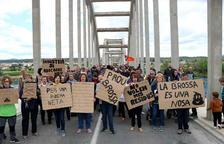 Més de 300 persones es manifesten contra l'abocador de Riba-roja d'Ebre