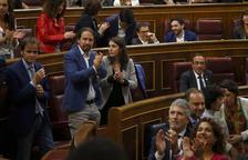 Diputados del PSOE y de Unidas Podemos aplauden durante la constitución del Congreso.