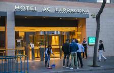 Desenes de romanesos s'apleguen a la porta de l'hotel AC de Tarragona per votar un referèndum nacional