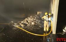 Crema una pila de llana de roca a l'interior d'una nau abandonada de Constantí