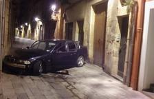 Estampan el coche en la calle de la Nau y huyen del lugar